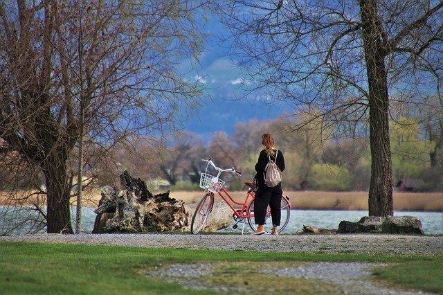 בחורה עם אופניים